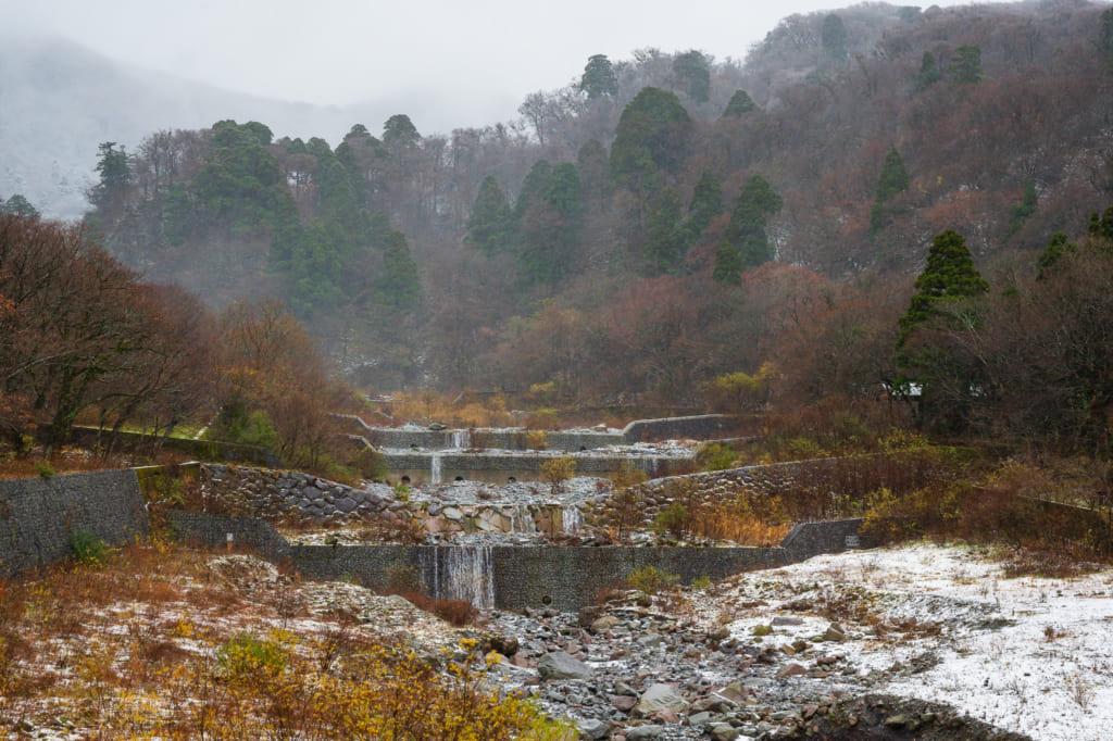 La nieve cae en el río en el Monte Daisen