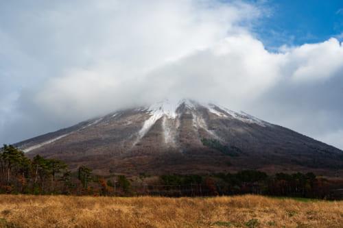 volcanes en Japón: El Monte Daisen, volcán japonés, parcialmente tapado por las nubes