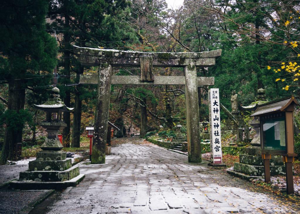 la nieve cae en el camino el torii de Daisenji