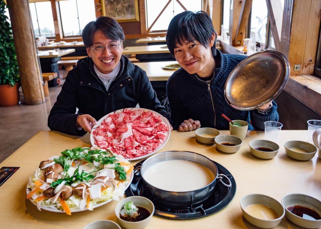 Disfrutando del shabu shabu de leche en Milk no Sato