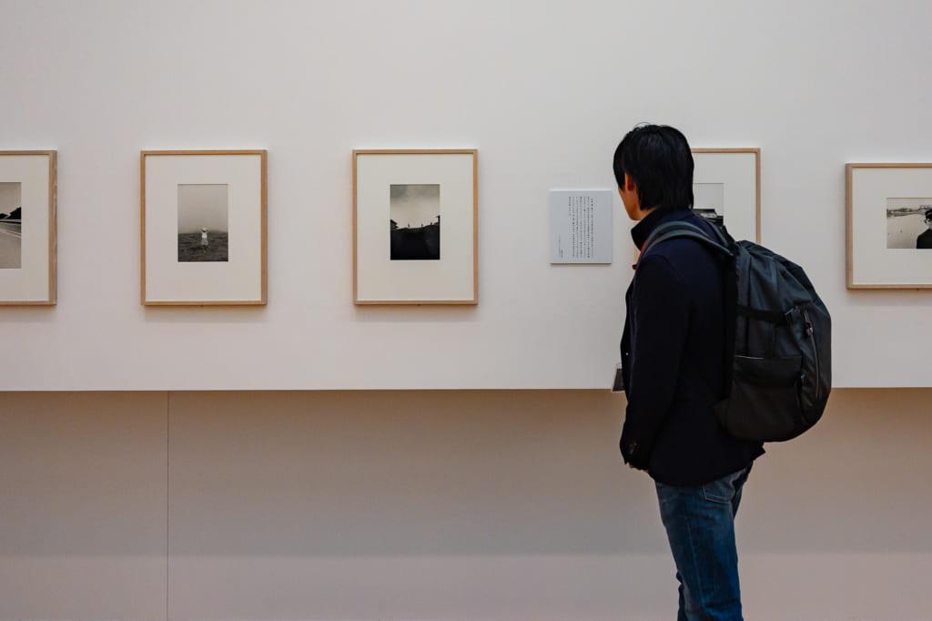 Admirando la galería del museo de fotografía