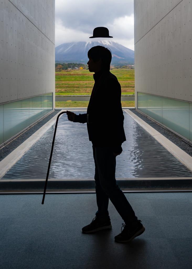 Posando dentro del Museo de fotografía de Shoji Ueda