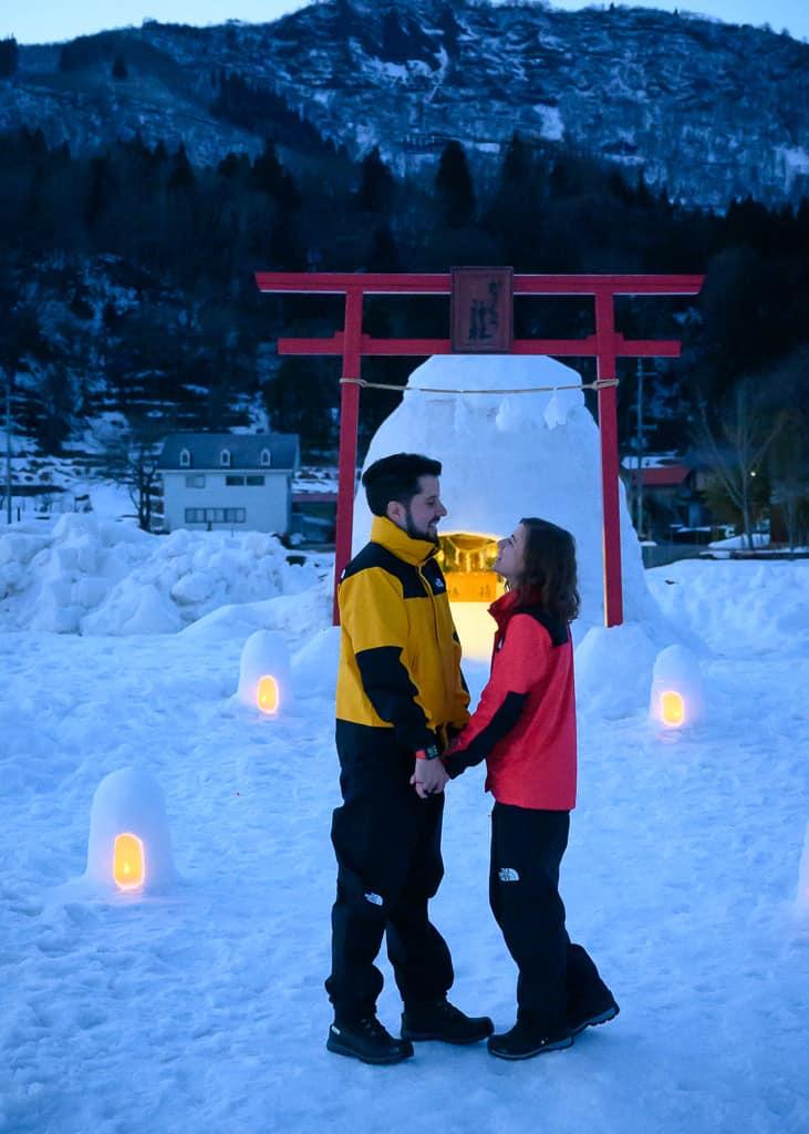 Hernán y Maria delante de un iglú en Iiyama