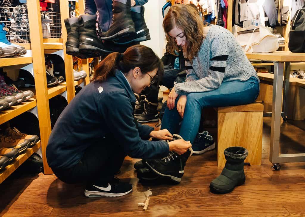 Maria probándose unas botas