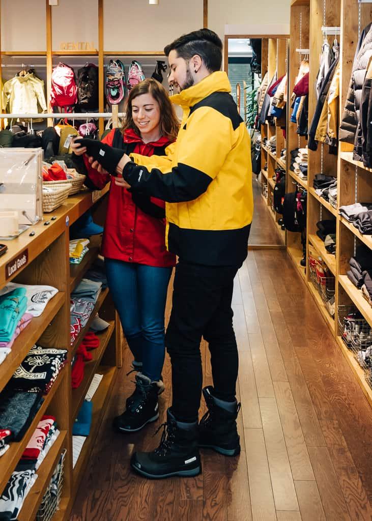 hernán y maria mirando los productos del servicio de alquiler