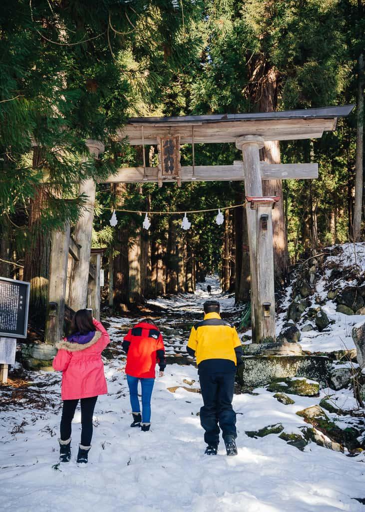 Gran torii entre la nieve en la entrada del santuario Kosuge,