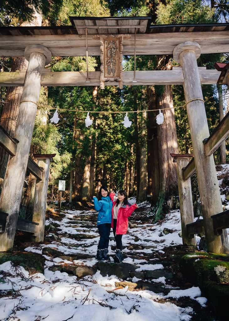 Nuestras compañeras delante de el gran torii entre la nieve en la entrada del santuario Kosuge,