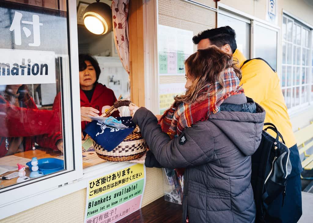 Recogiendo nuestra canasta para comer dentro de la aldea de Kamakura en Iiyama
