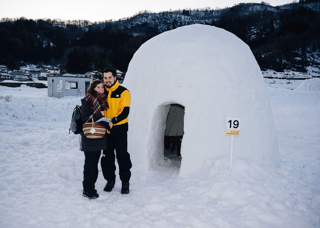 María y Hernán felices de entrar en el iglú de Iiyama
