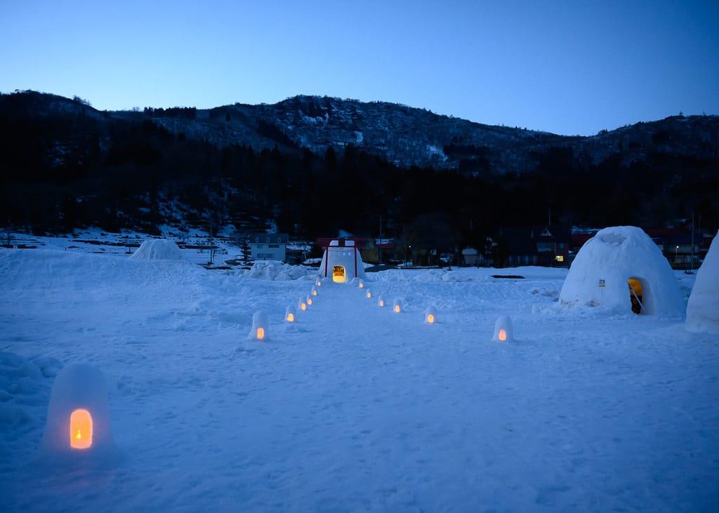 El camino de luces ámbar en la aldea de Kamakura