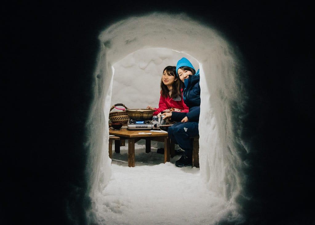 nuestras acompañantes dentro del iglú