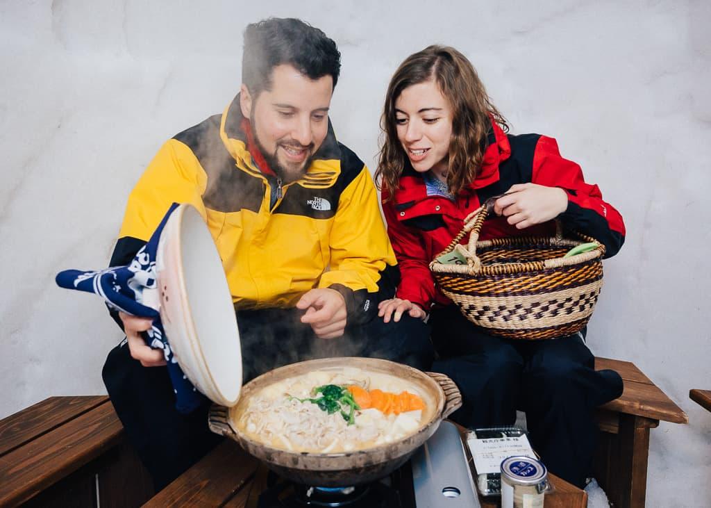 Cenando en el pueblo de los iglúes de Iiyama