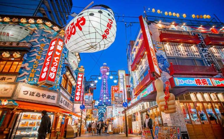 Luces de neones en Shinsekai Osaka