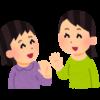 Dos mujeres despidiéndose