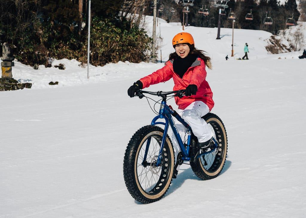 Probando las bicicletas en el pie de pista de Resort Togari Onsen