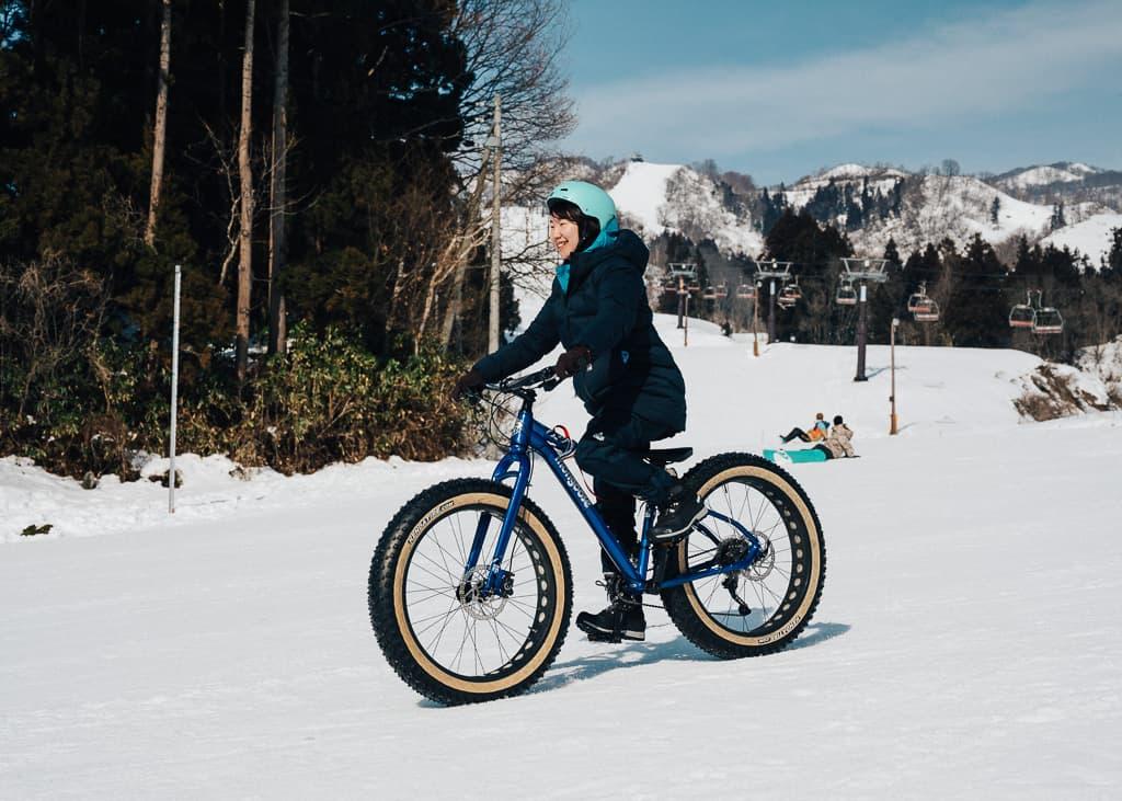 Bajando por el Togari onsen haciendo snow cycling