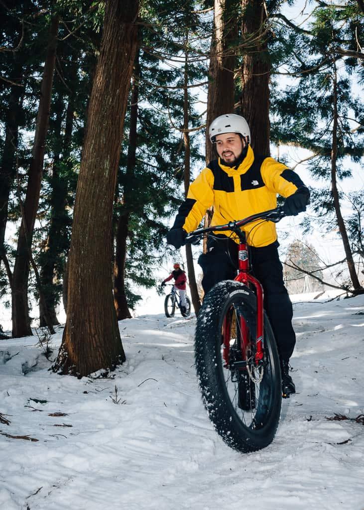 bajando la segunda ruta con la bici de nieve haciendo snow cycling