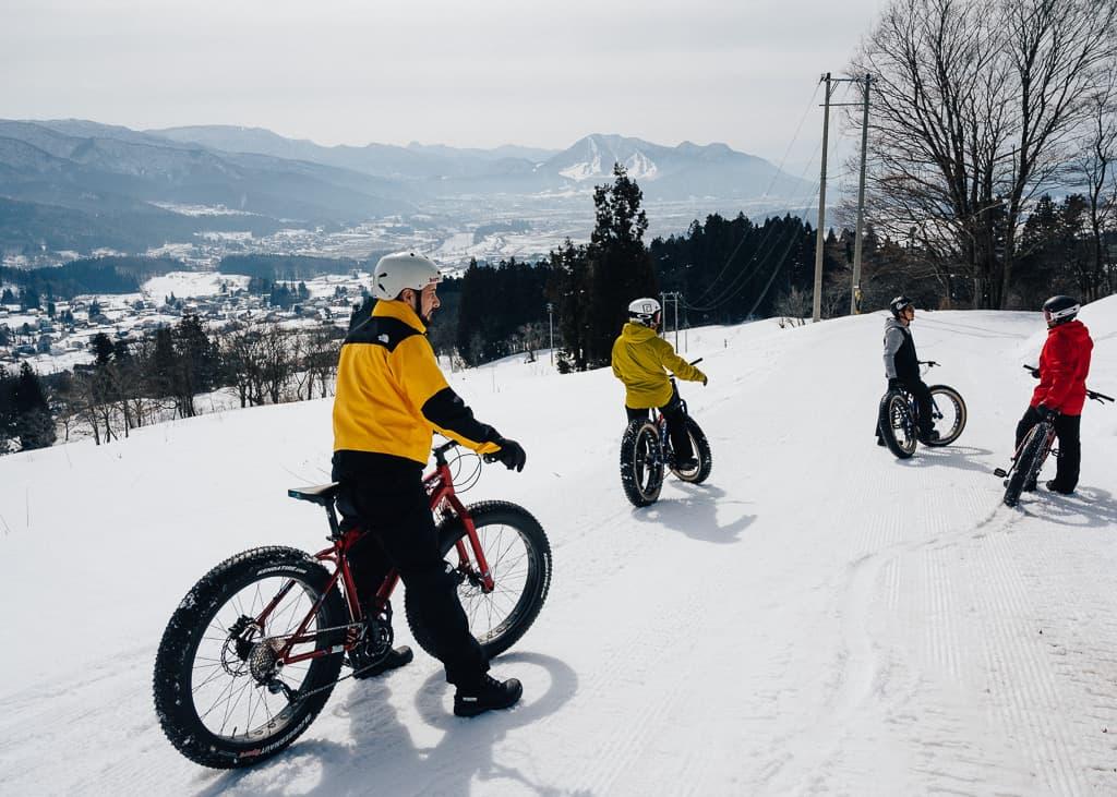 Siguiendo las instrucciones del instructor durante nuestra ruta de snow cycling