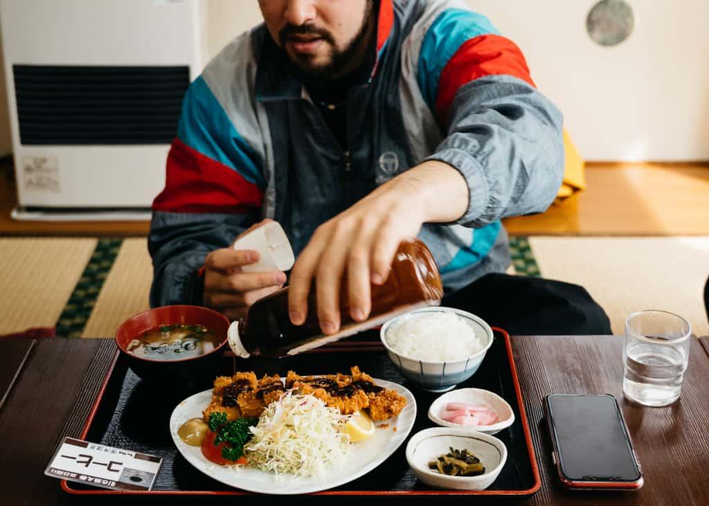 Hernán comiendo su delicioso plato