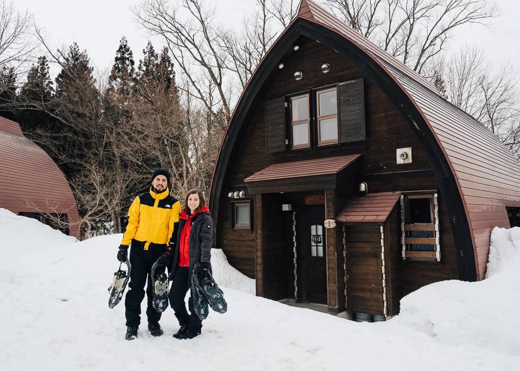 Hernán y Maria delante de una de las cabañas que se pueden alquilar