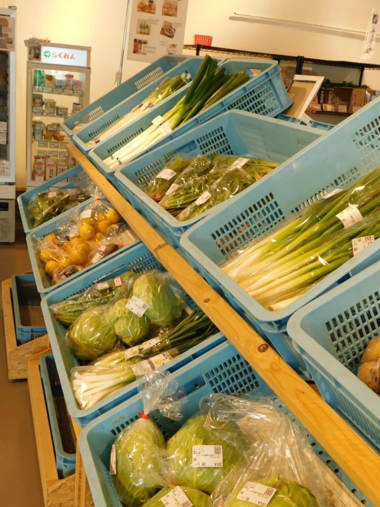 Se pueden comprar productos locales en la tienda al lado del café