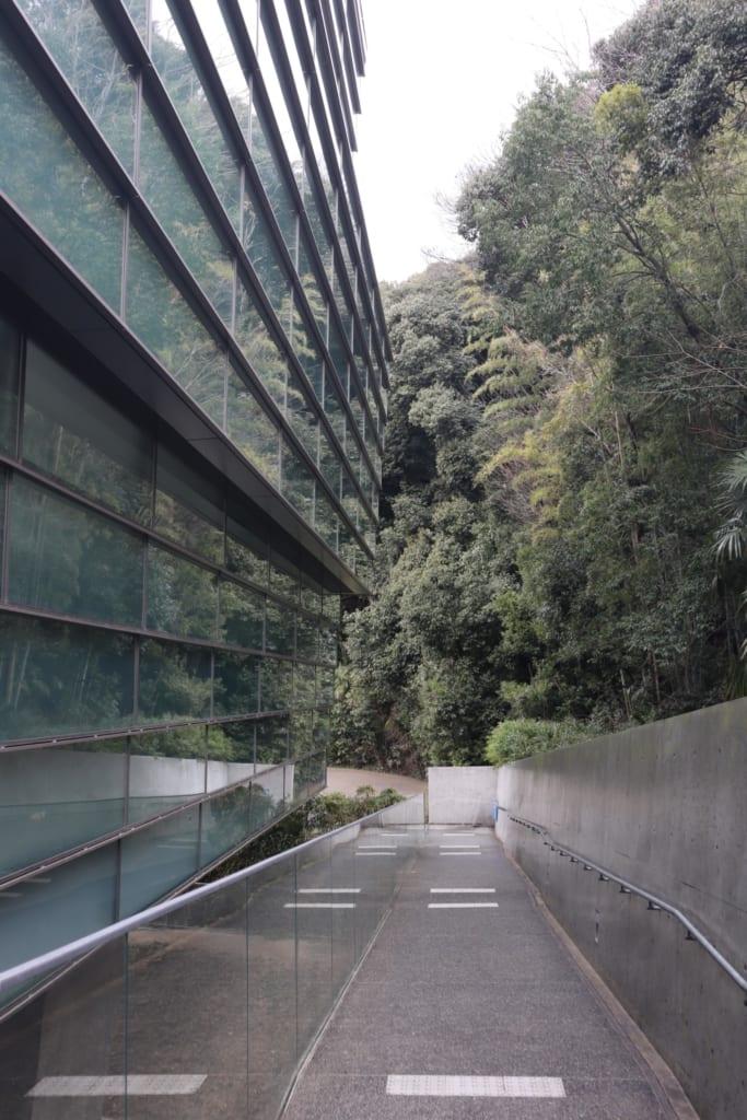 El Museo SAKA NO UE NO KUMO Museum, diseñado por el Ando Tadao.