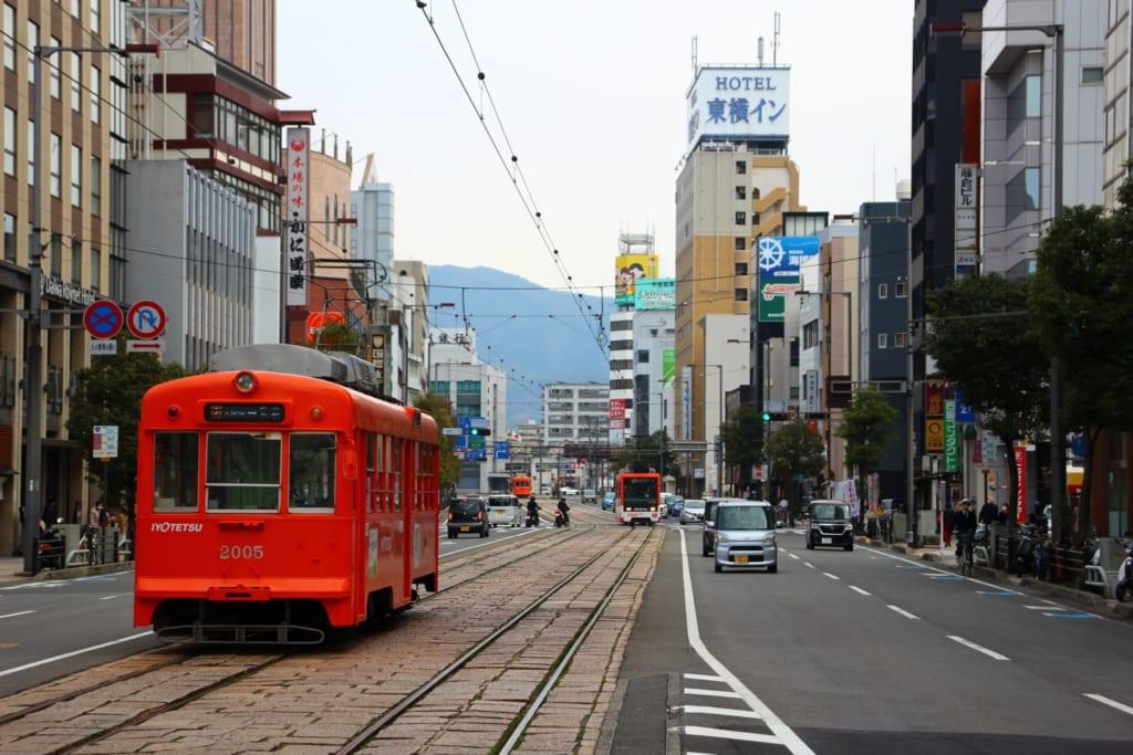 Tranvía en Matsuyama, Ehime, Shikoku, Japón.