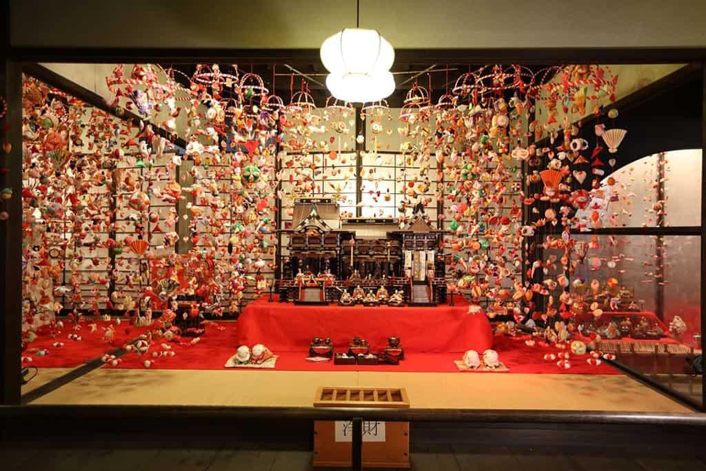 Expositor de muñecas del Hina Matsuri
