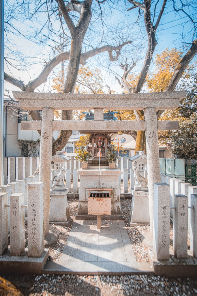 Torii de piedra en santuario Nunose, Osaka