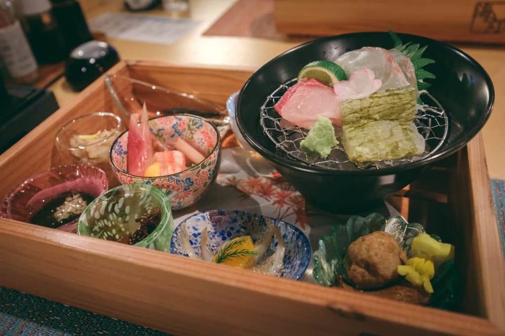 La cena del ryokan, con delícias marítimas.