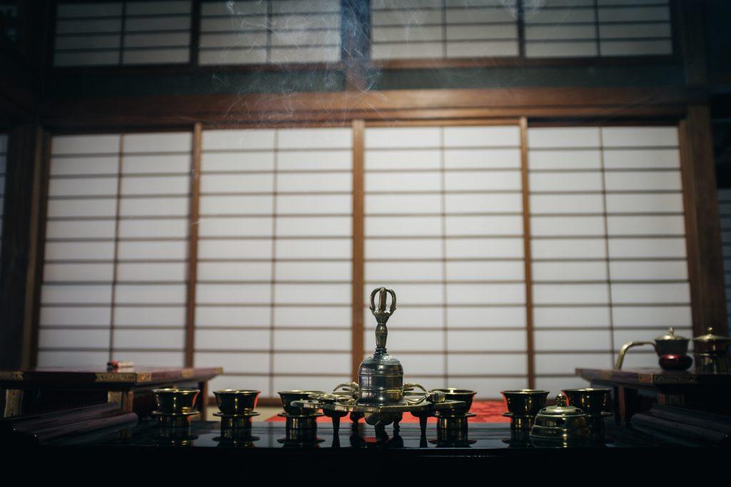 Incenso quemando en el Templo Nisseki, Toyama.