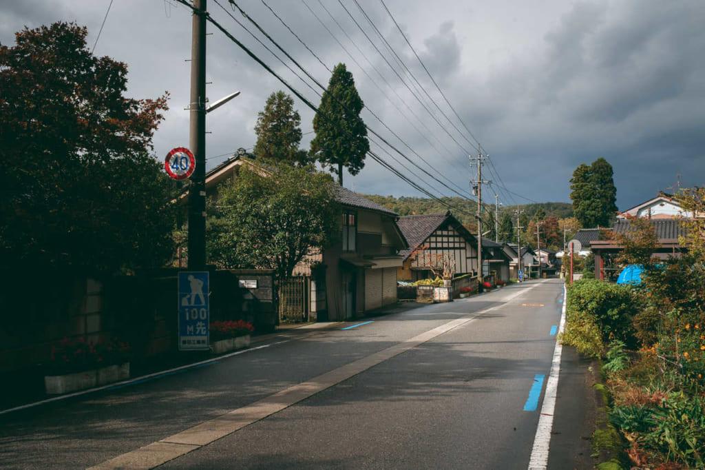 Hiendo en bicicleta en pueblos pequeños entre las montañas en la prefectura de Toyama