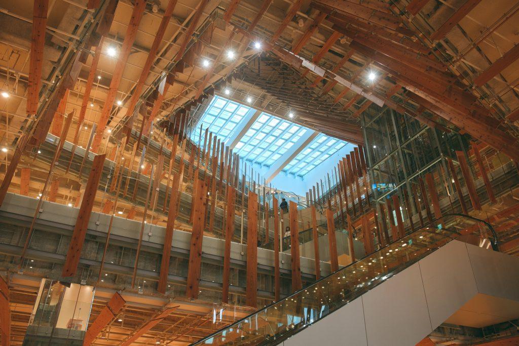 El interior del Toyama Glass Art Museum.
