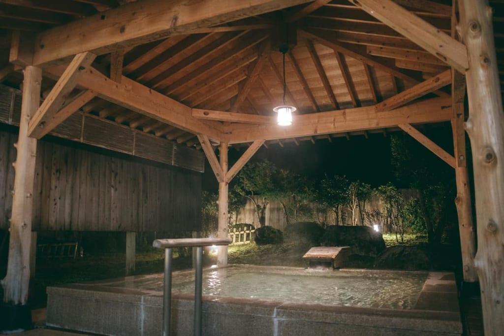 Un onsen al aire libre en el Tsurugi Koizuki Ryokan, Toyama.