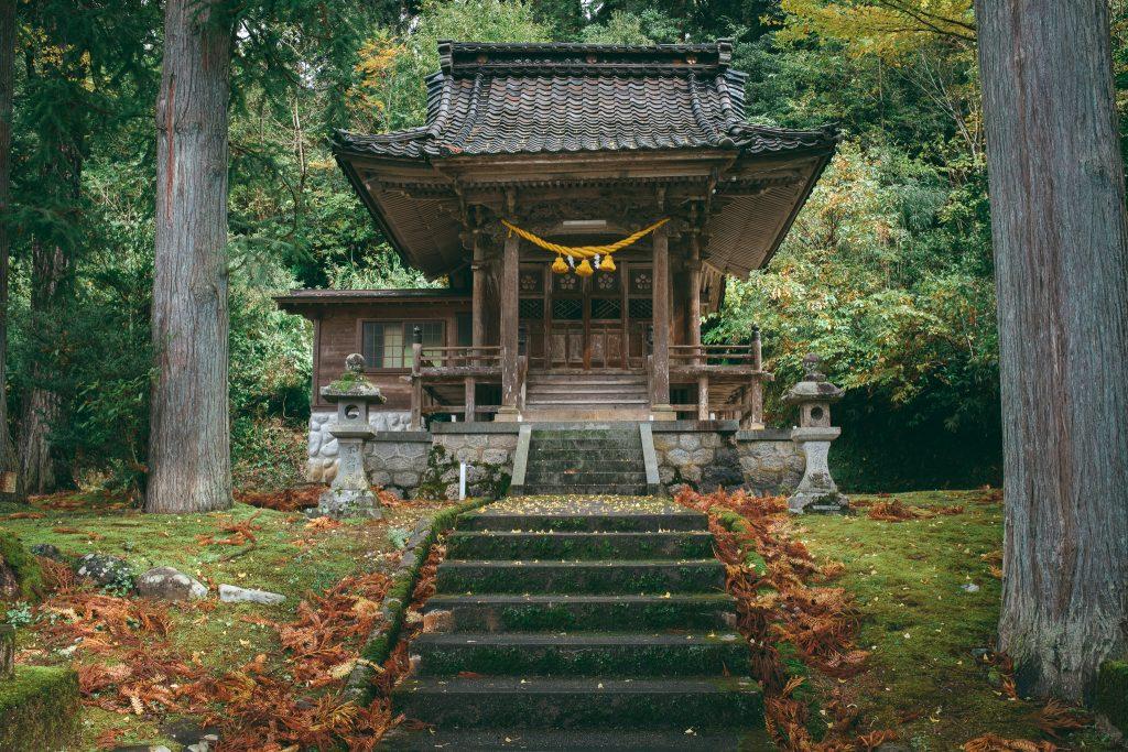 Un santuario en las carreteras de la montaña de Toyama.