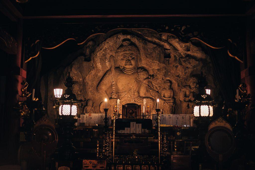 Imagen de buda grabada en la piedra, Templo Nisseki, Toyama.