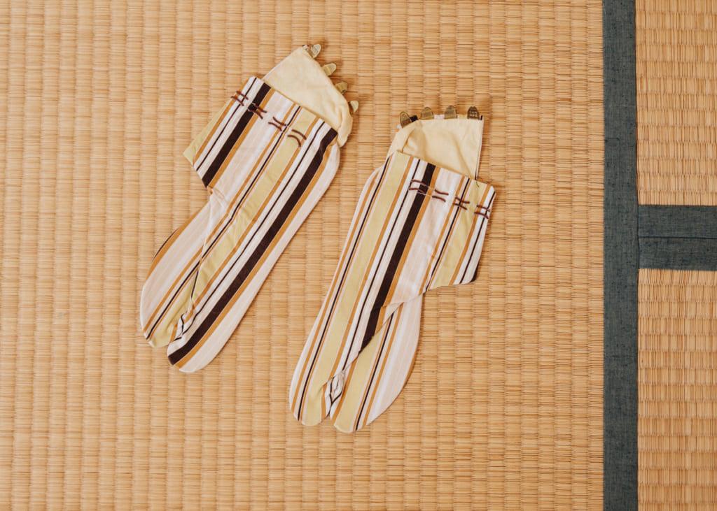 Unos tabis modernos con rallas.