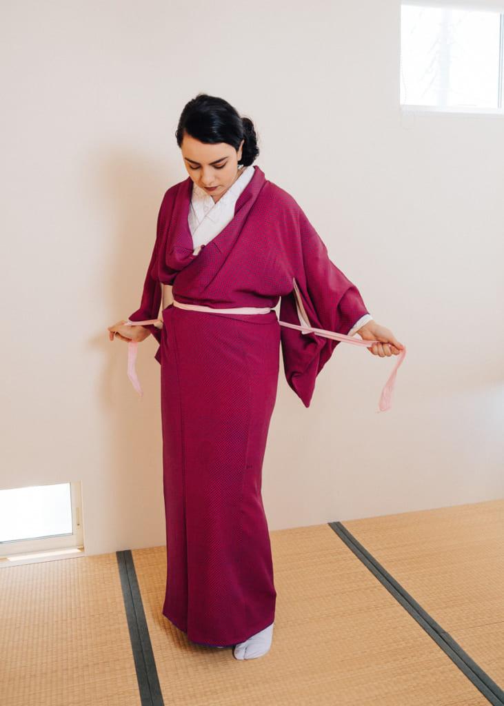 Para ponerse un kimono: Asegúrate de atar fuerte el koshi-himo alrededor del kimono encima de la zona del ombligo.