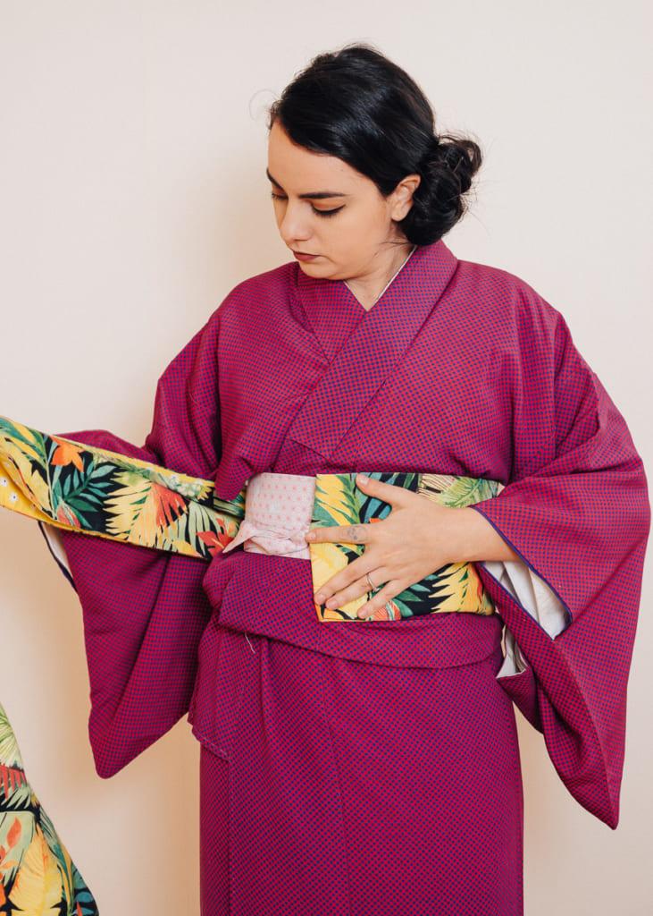 ajusta el hanhaba obi para que el extremo exterior esté cerca del centro de tu torso