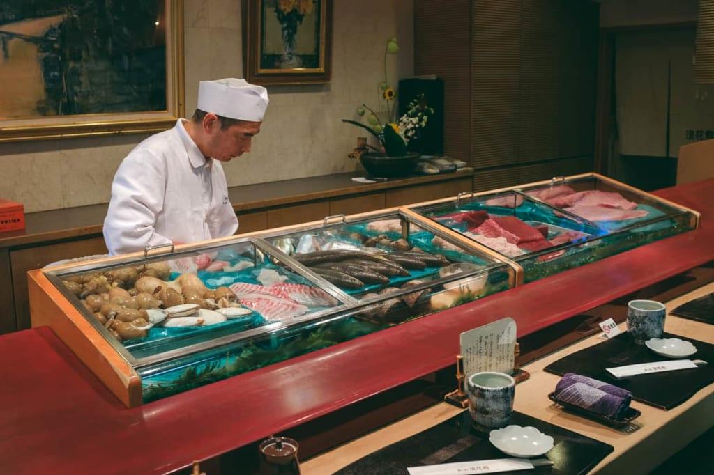 El chef preparando sushi con el pescado de temporada.