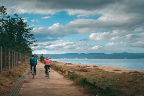 Ir en bicicleta a lo largo de la Bahía de Toyama.