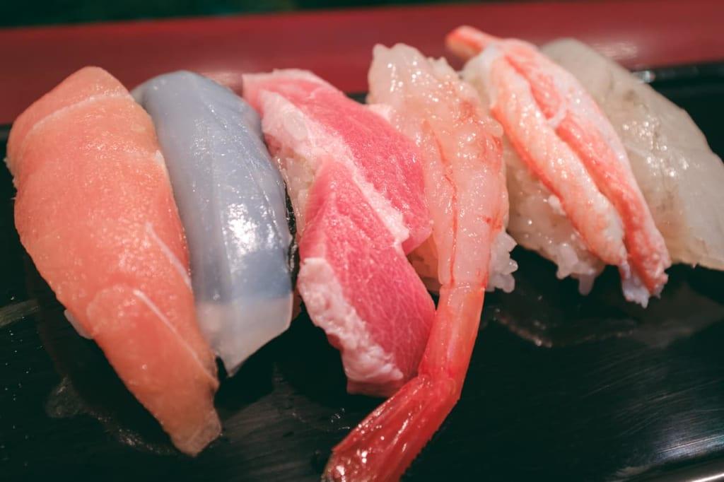 Varias piezas de sushi estacional en un restaurante especializado.