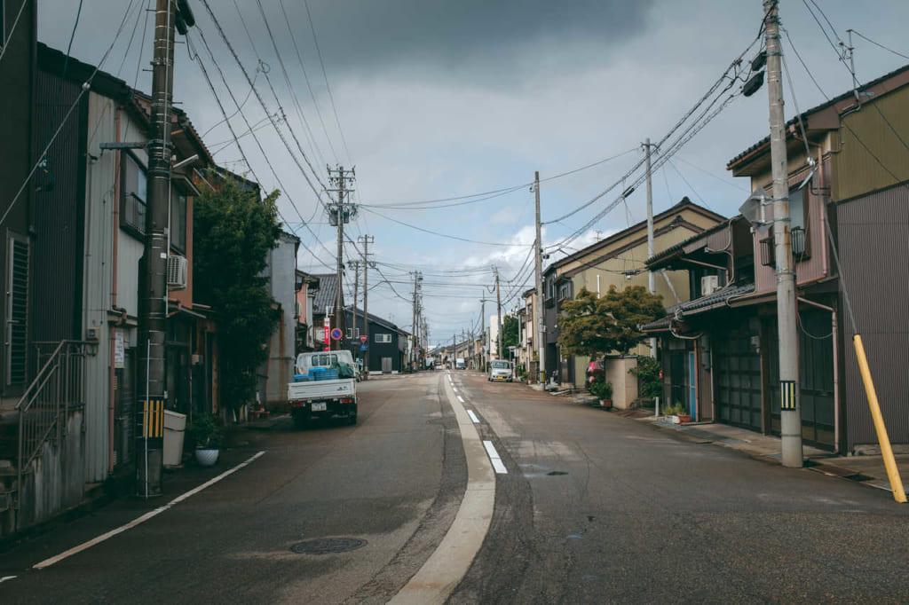 Una calle estrecha y tranquila en la ciudad de Takaoka