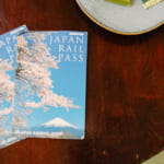 Japan Rail Pass y kit kat en una mesa