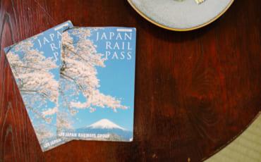 Japan Rail Pass y kit kat en una mesa