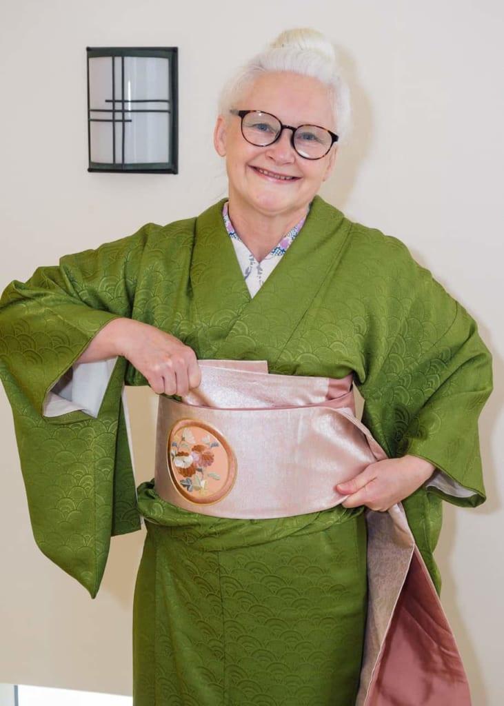 Sheila tirando del obi para que quede bien sujeto.