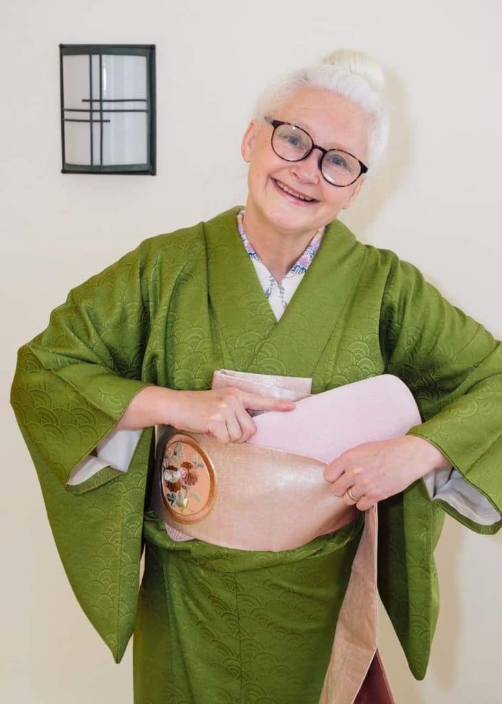 Sheila introduciendo el obi-ita entre las capas del obi.