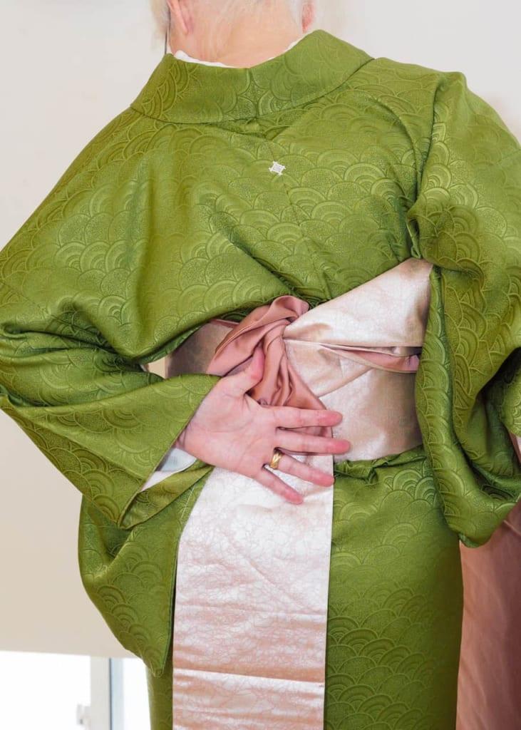 Sostén el Nagoya obi con la mano izquierda