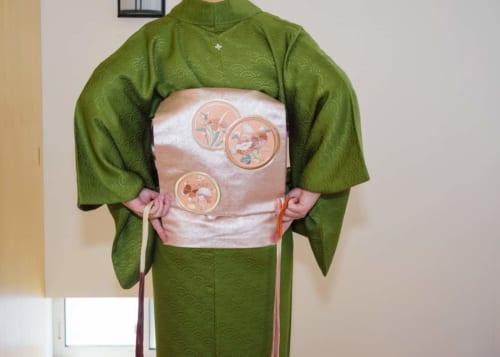 Utiliza un koshi-himo para crear un pliegue recto en la parte inferior del lazo taiko.