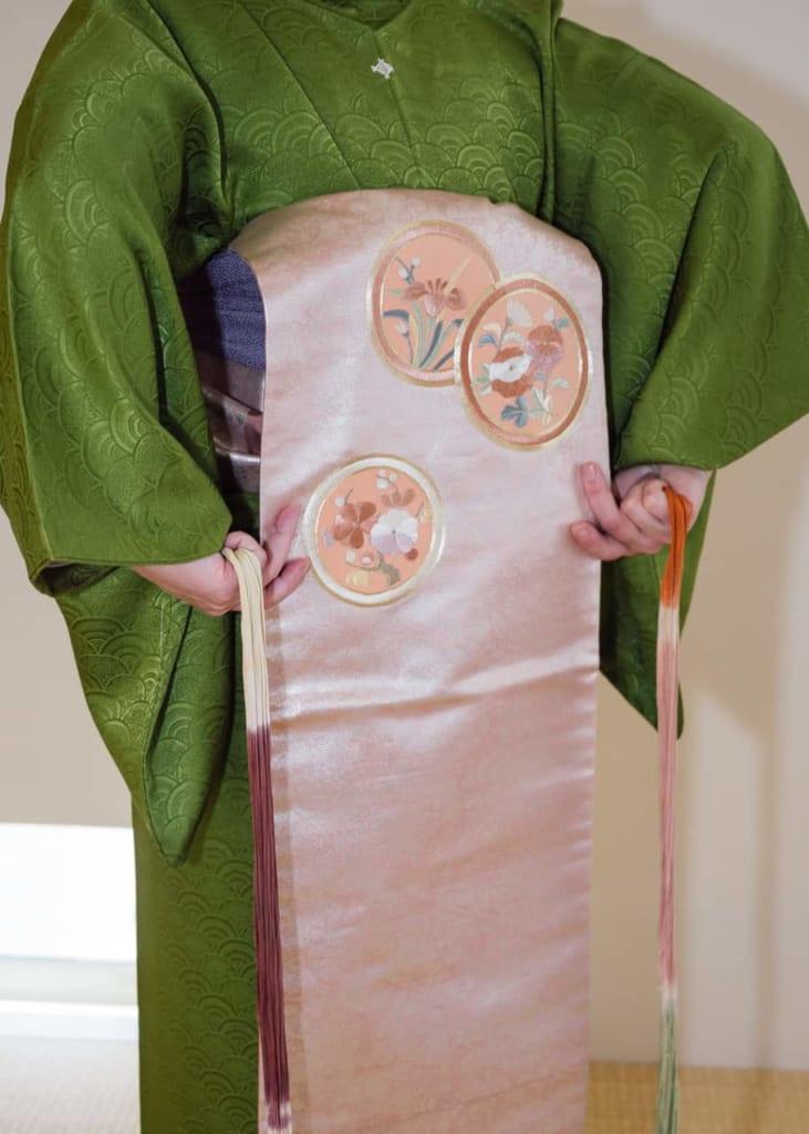Mide la longitud del obi.